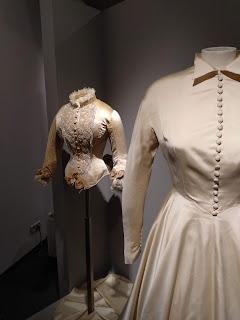 Detalle de vestido y chaqueta de época expuestos en el museo vasco de Bilbao