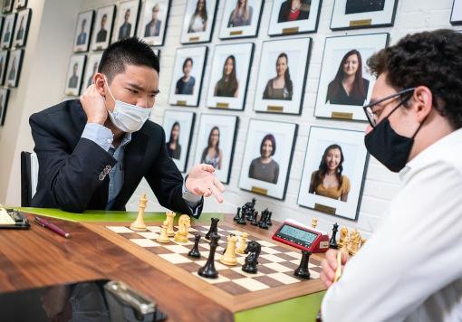 Jeffery Xiong s'est bien remis de la défaite de la veille à la ronde 4 pour vaincre le numéro 2 mondial Fabiano Caruana - Photo © Lennart