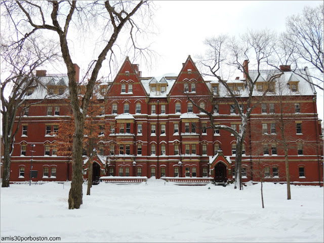 Matthews Hall en el Campus de la Universidad de Harvard