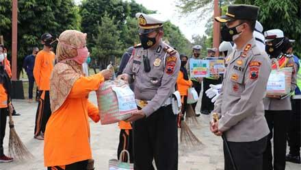 Polres Kebumen Bagikan Sembako kepada Petugas Kebersihan