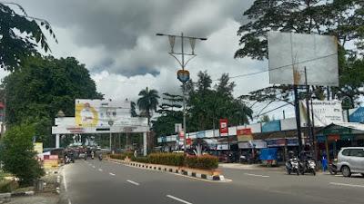 Kabel PJU di Depan Pujako dan Warung makan pagi sore Jalan Sudirman Patut Di Pertanyakan
