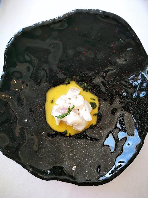 Tartar de cítrico de lubina sobre ají amarillo y ajoblanco