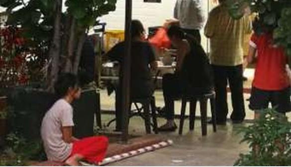 Viral, Foto Pembantu Duduk di Luar Restoran Sementara Majikannya Makan di Dalam