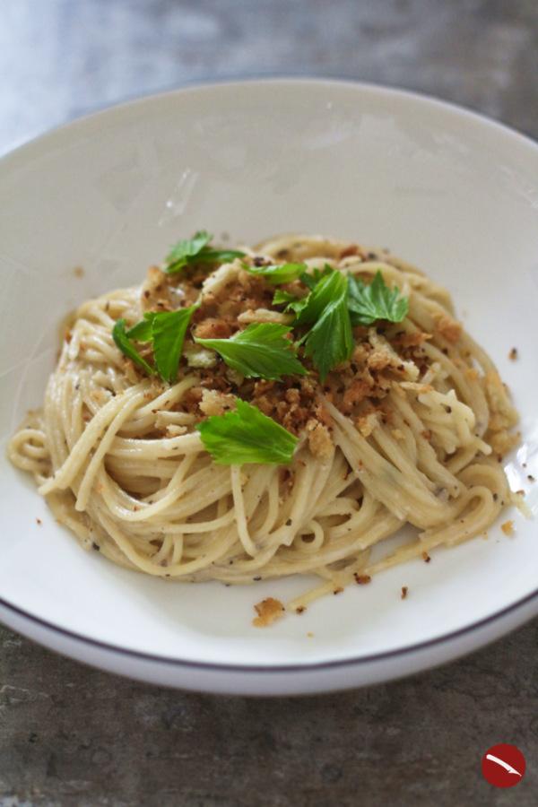 Ein Rezept für das Beste, was aus altem Pecorino werden kann: Cremige Käse-Sahne-Sauce mit gedörrten Chamignons, die der Thermomix gemixt und gerührt hat mit Spaghetti und knusprigem Panko in Nussbutter geröstet #rezept #pasta #spaghetti #käse #käsesauce #carbonara #echte #original #caciopepe #tomatensauce #bolognese #pecorino #parmesan #pasta_alfredo #puttanesca #italianfood #foodwaste #resteküche #restekochen #ohne_rezept #foodblog #arthurstochter