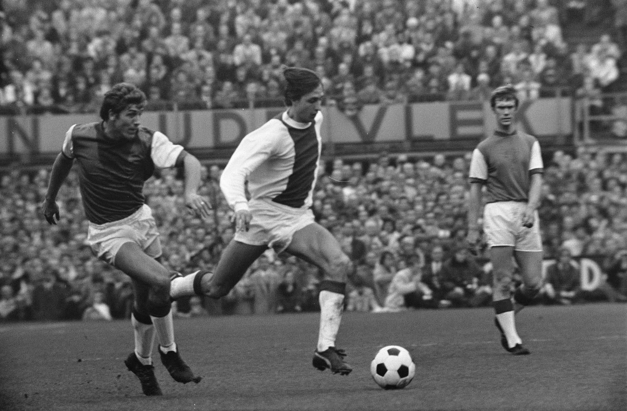 Theo van Duivenbode in duel met Johan Cruijff