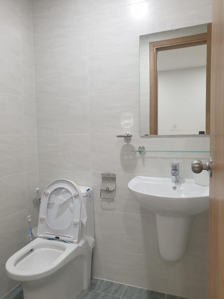 Nhà vệ sinh căn hộ làng đại học