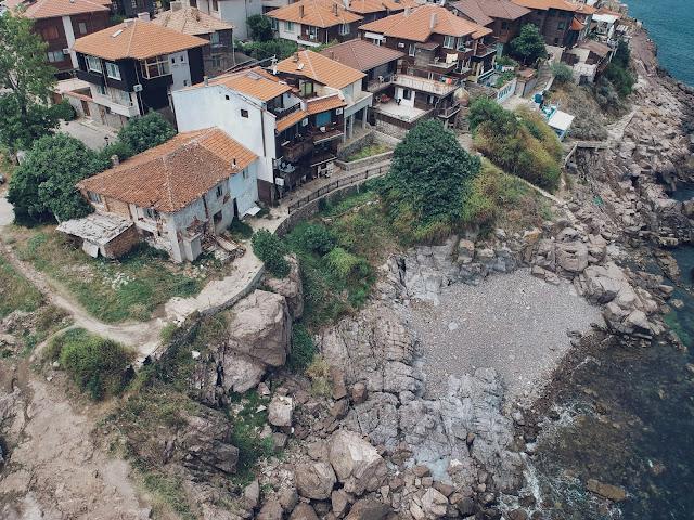 Pozostała część Sozopolu otoczona jest trudno dostępnymi skałami