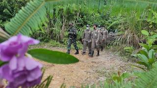 Cegah Penyelundupan, TNI bersama Karantina Pertanian Entikong Partoli Disisi Kanan Pos Lintas Batas Negara