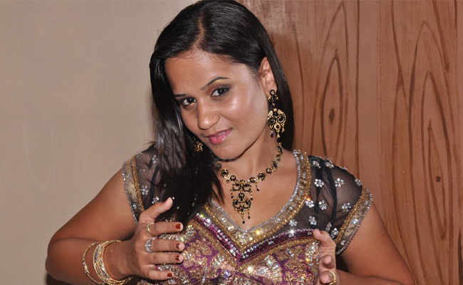 Latest Movies Gallery Item Aunty Actress Cleavage Boobs -3963