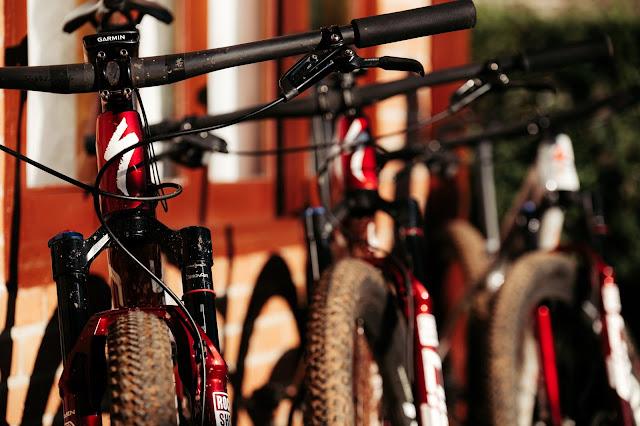 Três bicicletas Specialized
