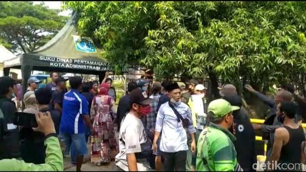 Peziarah di TPU Tegal Alur Jakbar Marah: Makam Tutup, Mal Buka!