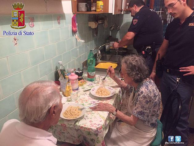 Policiais se comovem com casal de idosos chorando em casa e preparam macarrão pra todos jantarem juntos