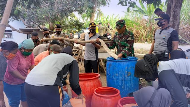 Polres Lumajang Kembali Bagikan Air Bersih di Desa Krasak