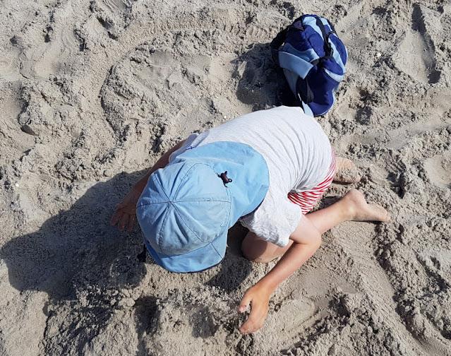 Warum unsere Kinder ihre Rucksäcke selbst tragen (+ Rucksack-Tipps). Den blauen Rucksack unseres Jungen kann ich empfehlen, er trägt gern sein Strandspielzeug darin.