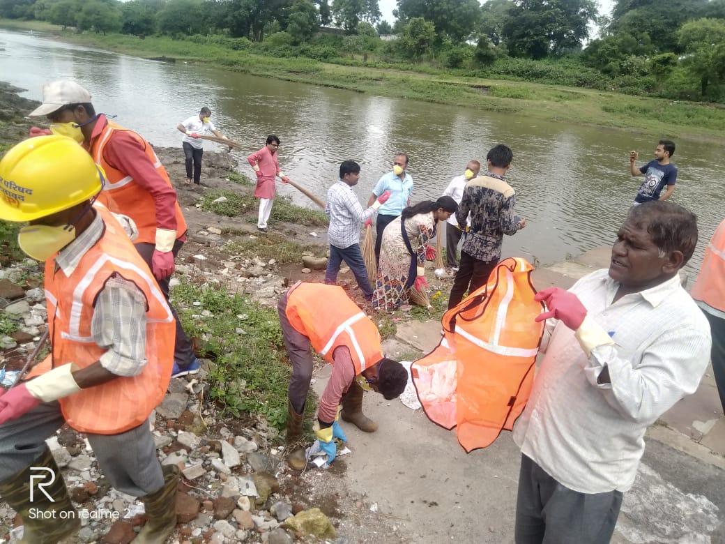 """Jhabua News-विश्व सफाई दिवस"""" पम्पावती नदी के तट पर सफाई में जुटा पूरा नगर परिषद अमला"""