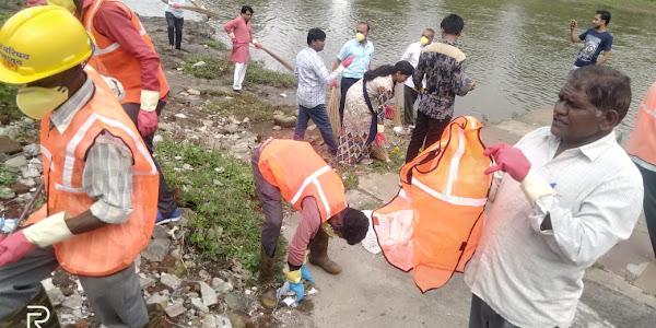 """विश्व सफाई दिवस"""" पम्पावती नदी के तट पर सफाई में जुटा पूरा नगर परिषद अमला"""