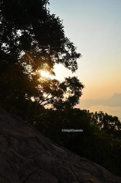 Senja sunset di Gunung Lembu | JelajahSuwanto