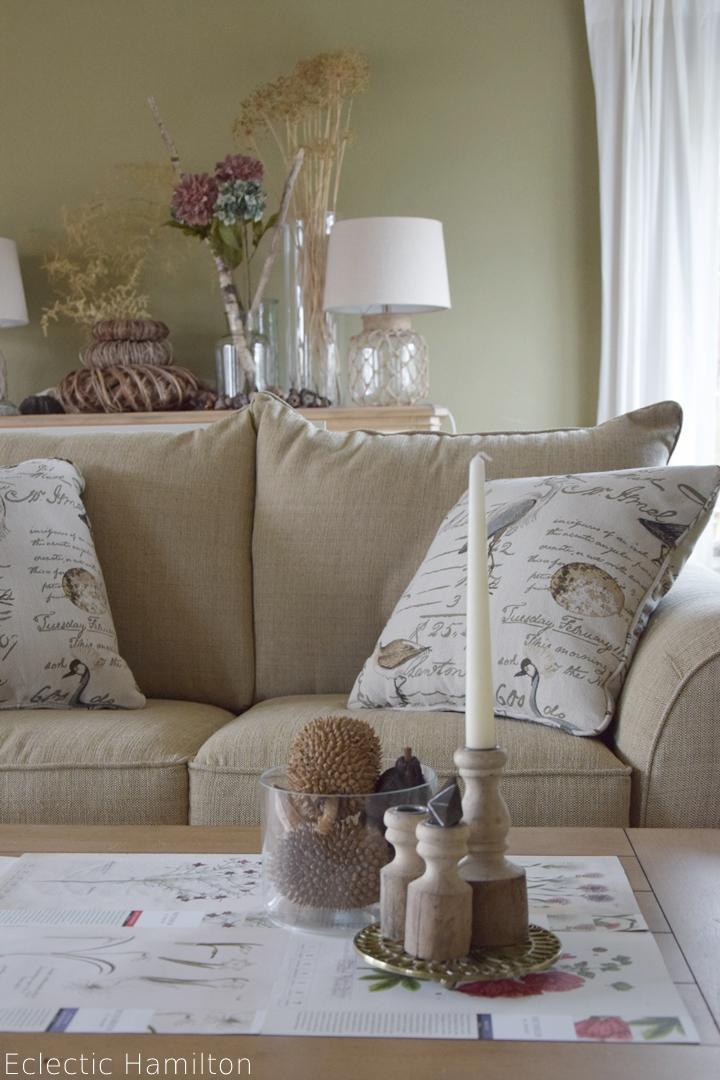 herbstliche tischdeko mit kalenderbl tter eclectic hamilton. Black Bedroom Furniture Sets. Home Design Ideas