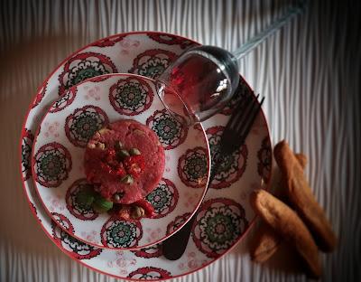 carne cruda con olive, capperi e basilico