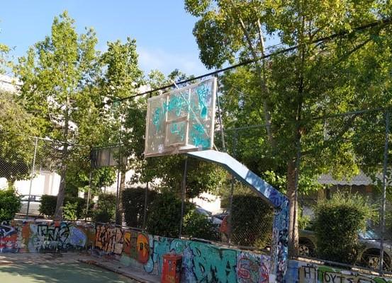 """Αλληλέγγυα Πόλη: «Νέες """"πρωτοποριακές"""" μέθοδοι από τον Δήμο Ιλίου: γήπεδα μπάσκετ δίχως στεφάνια και με διαλυμένο τάπητα»"""