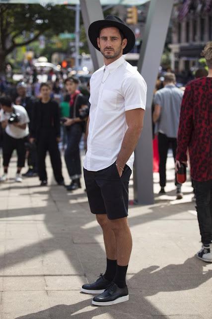 Look masculino com meias longas, tênis preto, camisa branca e chapeu fedora preto