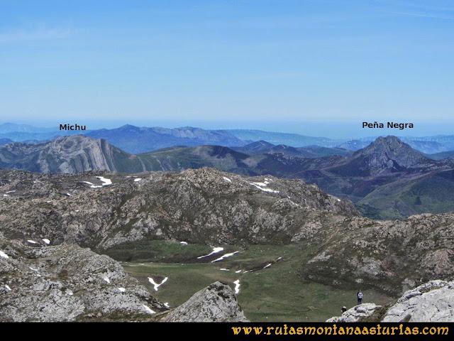 Ruta Farrapona, Albos, Calabazosa: Vista a Peña Michu y Negra desde el Albo Occidental