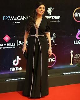 صورة للنجمة دينا على السجادة الحمراء في مهرجان القاهرة السينمائي