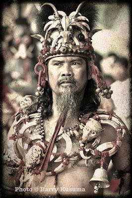 Atraksi Tatung Singkawang, yang hanya ada di Indonesia.