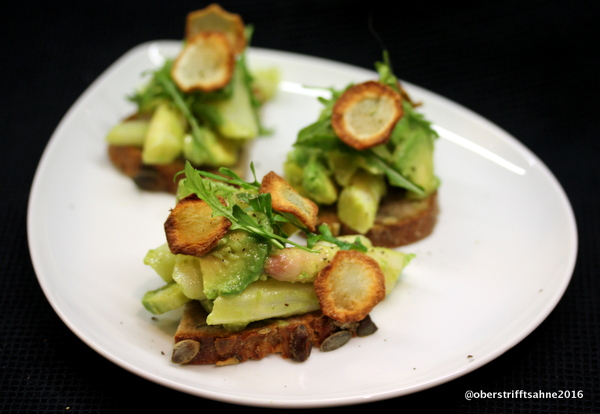 Spargelsalat mit Avocado, Salzzitrone, Topinamburchips