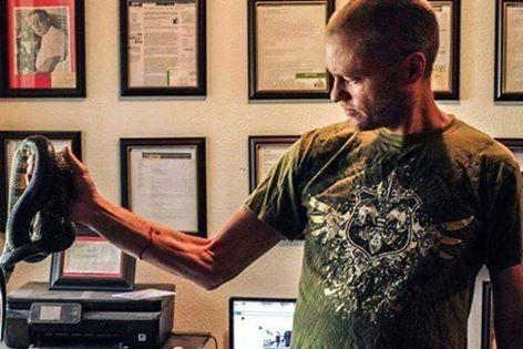 Tim Friede o homem que é imune ao veneno de cobras