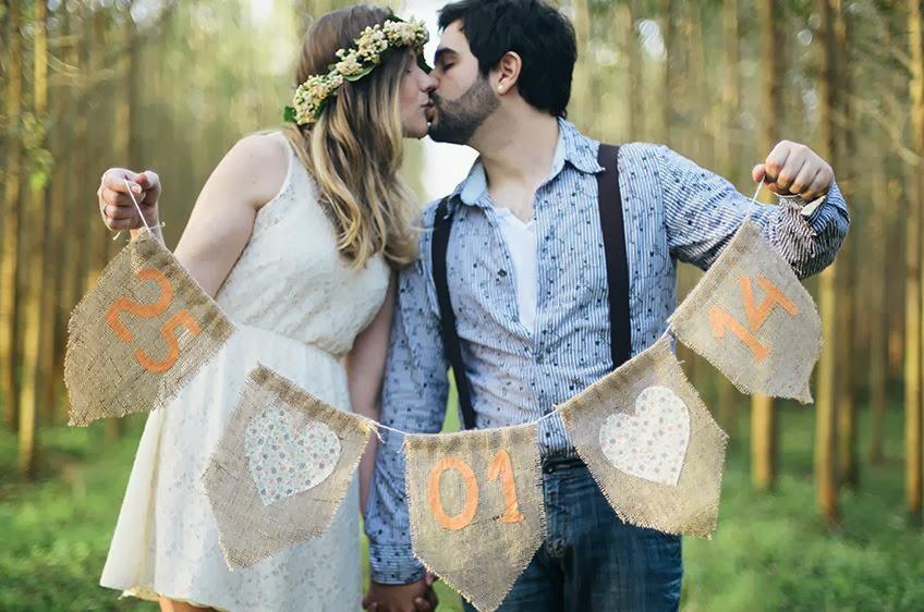 e-session - ensaio noivos - ensaio casal - ensaio ao ar livre - e-session ao ar livre - noivos - coroa de flores - ensaio vintage - ensaio retro - boho - bandeirinhas - bandeirolas - save the date - noiva de bota