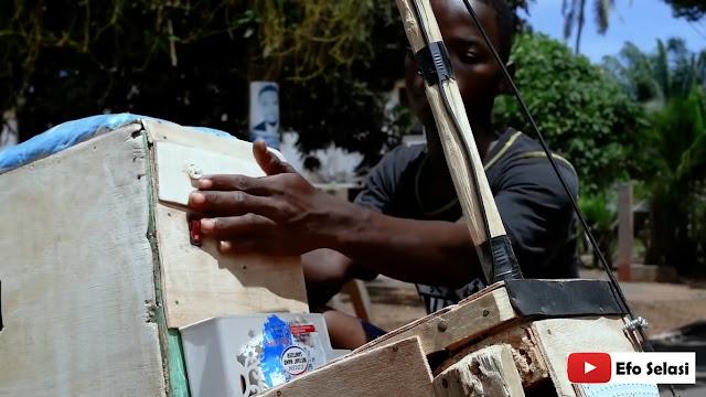Joven ghanés crea moto de madera que se mueve con energía solar