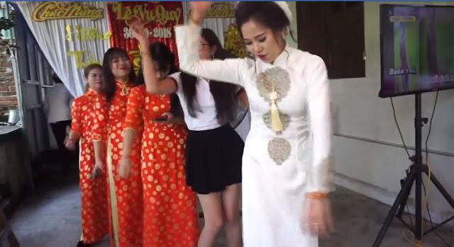 Cô dâu trẻ là cơ trưởng trong cuộc vui này