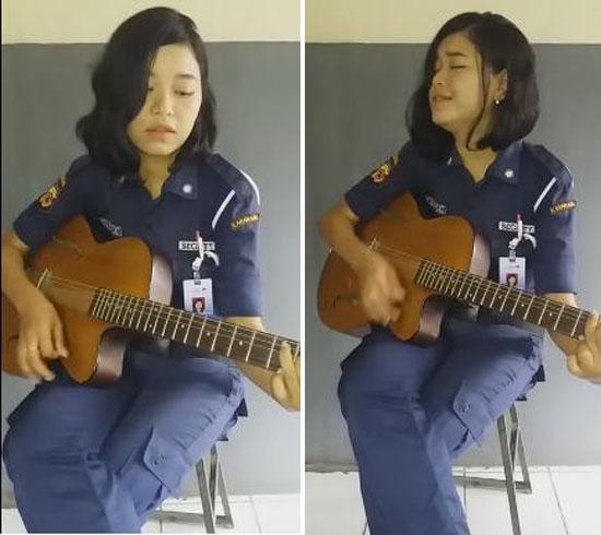 Video Satpam Cantik Main Gitar Ini Jadi Viral, Coba Dengar Suara Merdunya