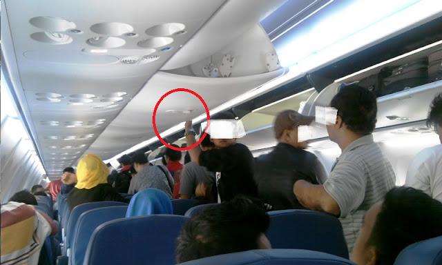 Tak Banyak yang Tahu, Ternyata Memakai Benda Ini di Pesawat Bisa Berbahaya Lho