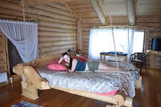 Кровать на цепях в байкальском маяке