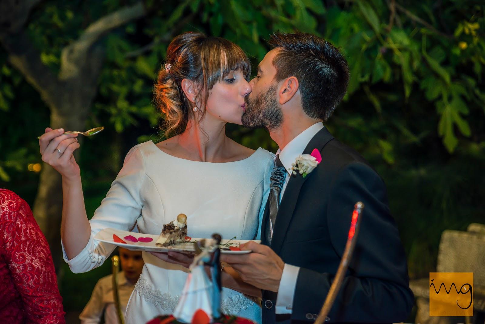 Fotografía del beso en la tarta de boda