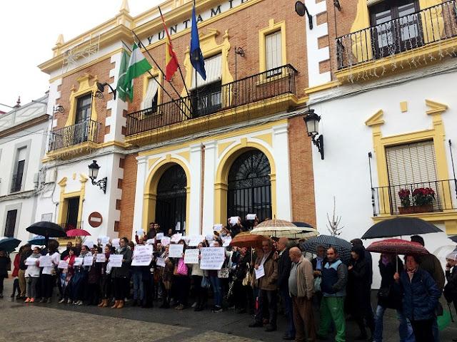 http://www.esvalverde.com/2017/12/concentracion-en-la-plaza-por-impagos.html