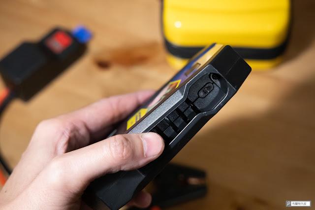 【開箱】汽油車、柴油車都能救,米其林 Michelin 汽車啟動行動電源 ML-8100 - 側邊的電源開關可以控制啓閉和 LED 照明