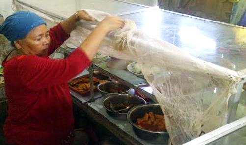 Sudah Dikasih Bantuan, Warteg Ibu Saeni Tetap Jualan Siang Hari Ramadhan
