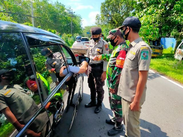 Dijalan Simpang Dolok Merangir Personel Jajaran Kodim 0207/Simalungun Laksanakan Ops Penyekatan PPKM Level lll