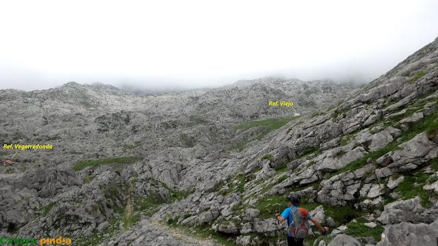Refugio de Vegarredonda al fondo a la izquierda y el Refu Viejo a la derecha.