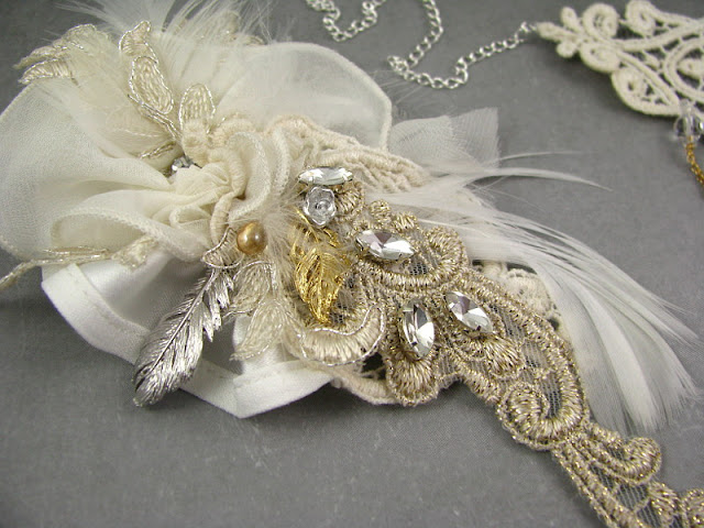 Ślubna ozdoba do włosów boho z piórkami i koronkami.