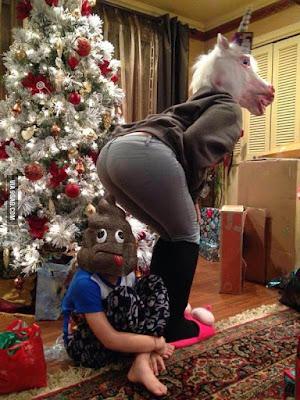 Lustiges Familienfoto zu Weihnachten mit Verkleidung