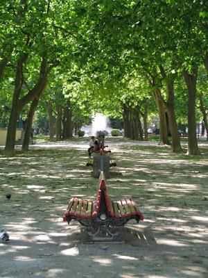 Bancos por entre árvores no Jardim do Passeio Alegre