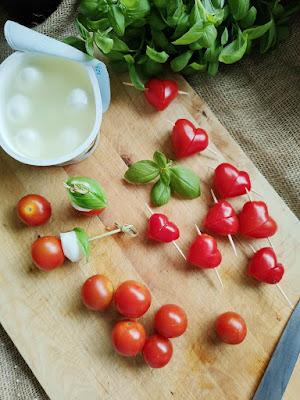 Essen für Kindergeburtstag oder Brotbox Bento: Tomaten Herzen und Tomaten Mozzarella Männchen