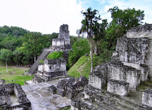 El mágico y misterioso Tikal excita la imaginación, provocando el deseo de pasear durante horas, explorando las ruinas de la antigua ciudad. Elevándose sobre el dosel de la jungla, los enormes templos mayas de Tikal se encuentran entre los ejemplos más altos de arquitectura antigua