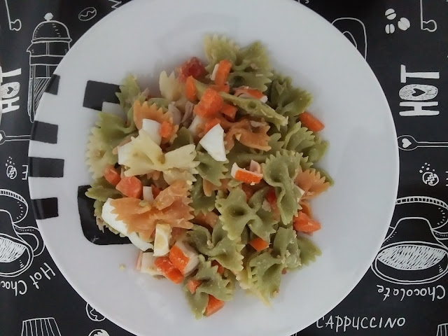 Ensalada de lazos con palitos de cangrejo