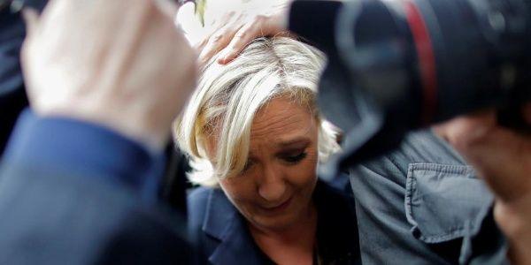 Lanzan huevos a Le Pen durante su visita al oeste de Francia