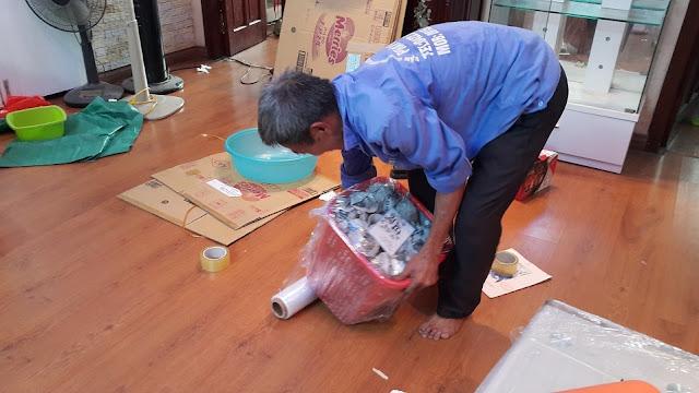 phân loại đồ trước khi đóng gói